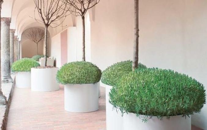 Round Aluminium planters in white